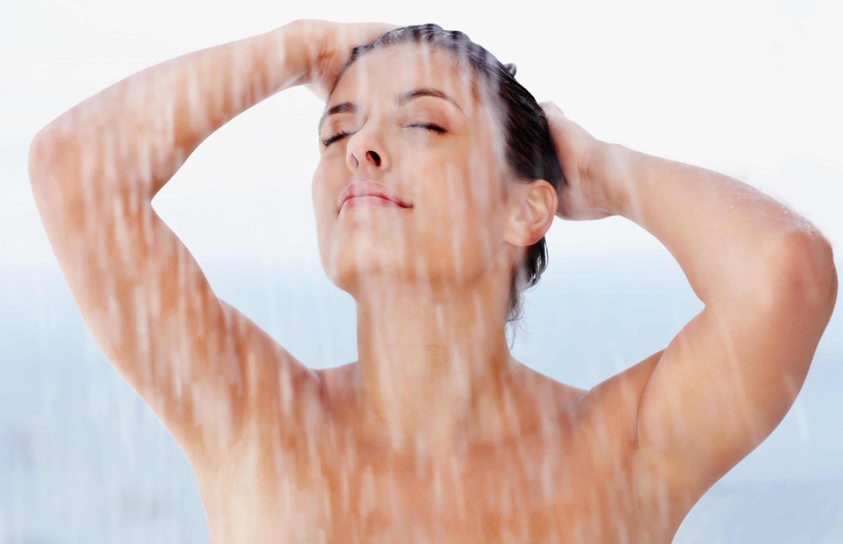 Piccoli esperimenti senza senso: donne sotto la doccia e pubblicità